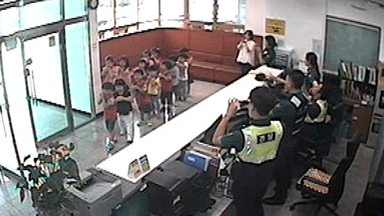 아이들이 경찰서에서 '게릴라 콘서트' 펼친 이유?