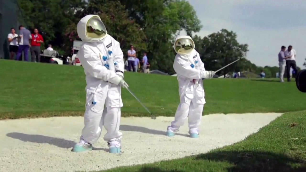 [영상] 아폴로호 달 탐사처럼...골프 치는 우주인