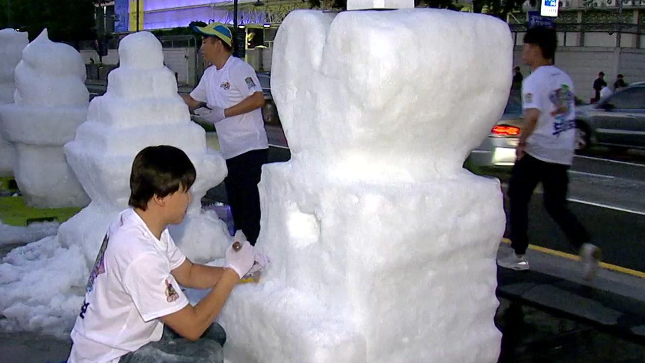 한여름 밤 대규모 '눈 조각' 전시회 열려