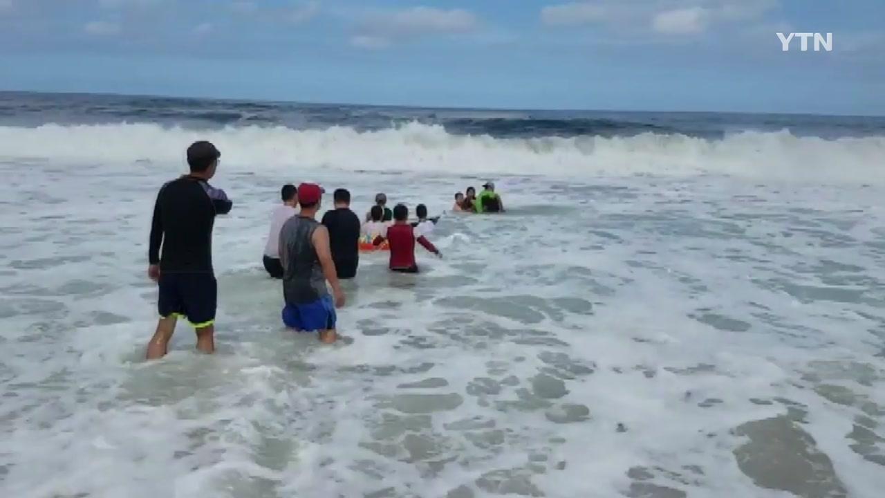 [영상] 거센 파도 속 생명 구한 '인간 띠'