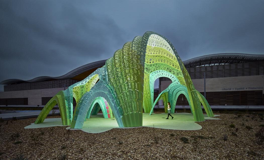 〔안정원의 디자인 칼럼〕 990개의 알루미늄 조각을 패턴화하고 조합한 이색적인 원형 극장