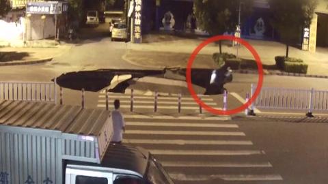 [영상] 스마트폰 보던 운전자, 8미터 싱크홀로 추락