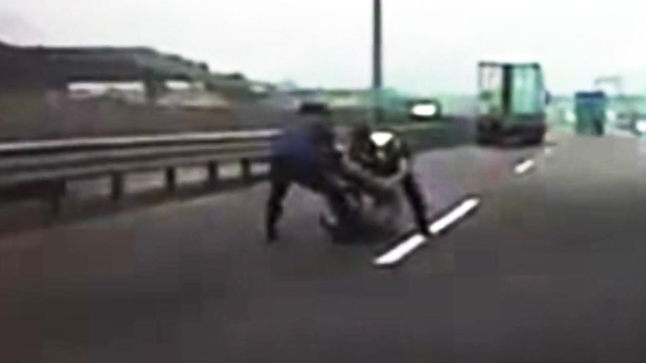 [좋은뉴스] 도로에서 쇳덩어리 치우는 경찰을 본다면?