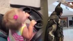 """[영상] """"우리 아빠는 배트맨""""...22개월 아기의 착각"""