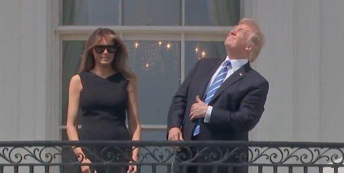 개기 일식을 맨눈으로 바라보려던 트럼프 대통령
