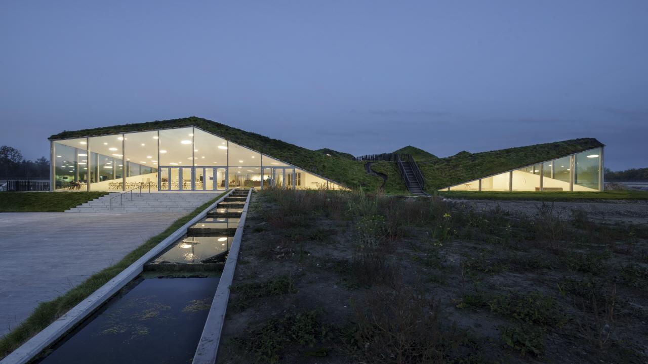 〔안정원의 디자인 칼럼〕 잔디와 허브로 덮여져 에너지 효율을 최적화한 낮은 언덕 구조 2