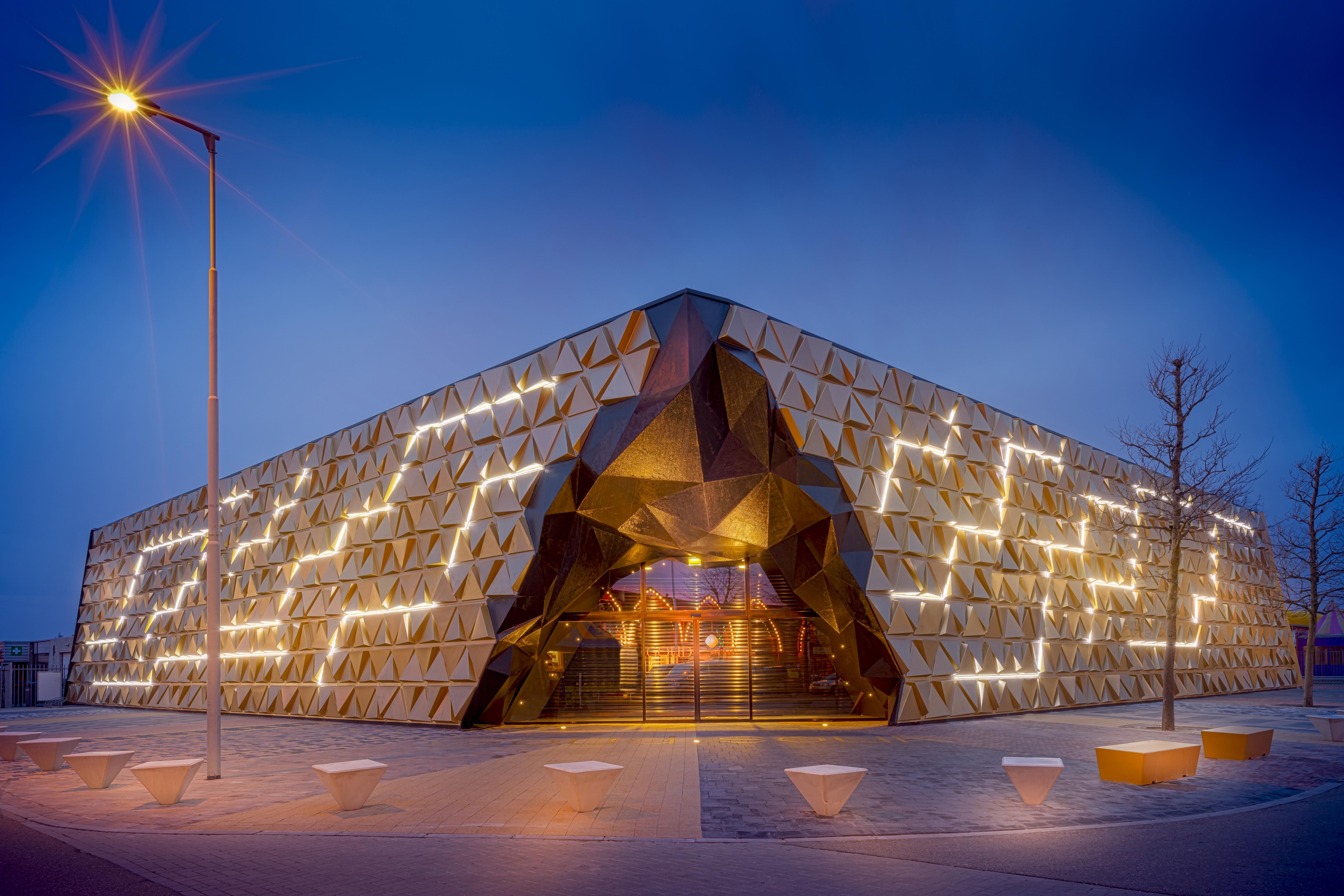 〔안정원의 디자인 칼럼〕 화려한 삼각형 패널로 패턴화된 황금빛 파사드의 금거래소