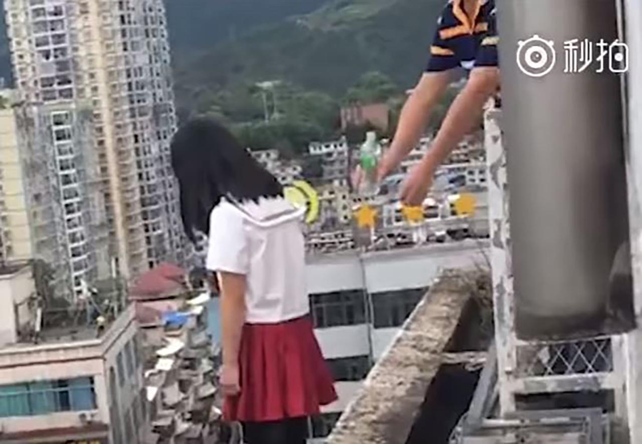 17층 난간에서 자살 시도하는 학생 목숨 구한 교장 선생님