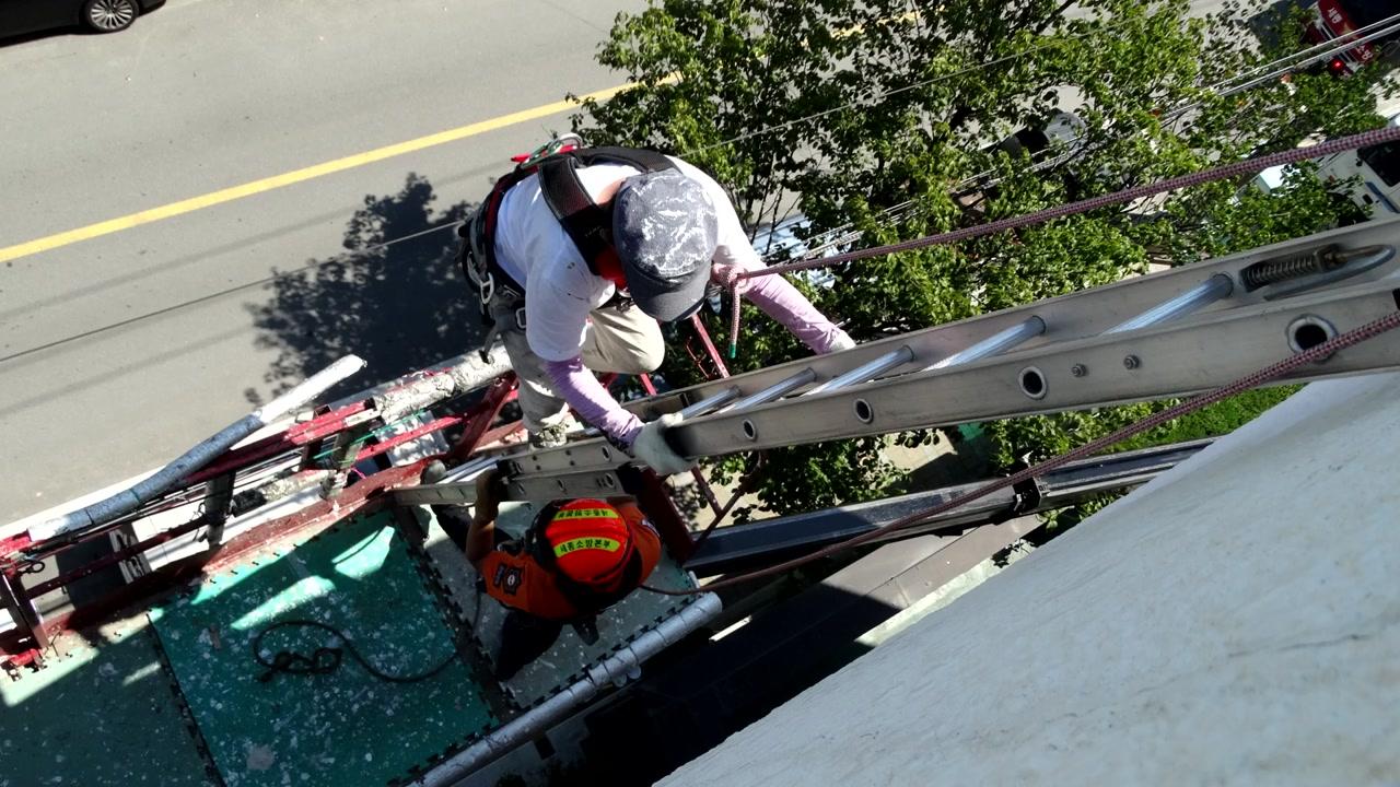 세종시민회관서 고소작업차 넘어져...2명 구조