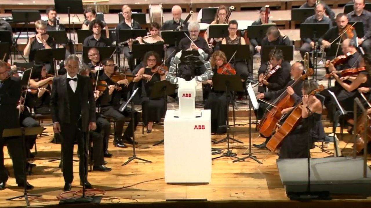로봇 지휘자의 오페라 무대...보첼리 열창