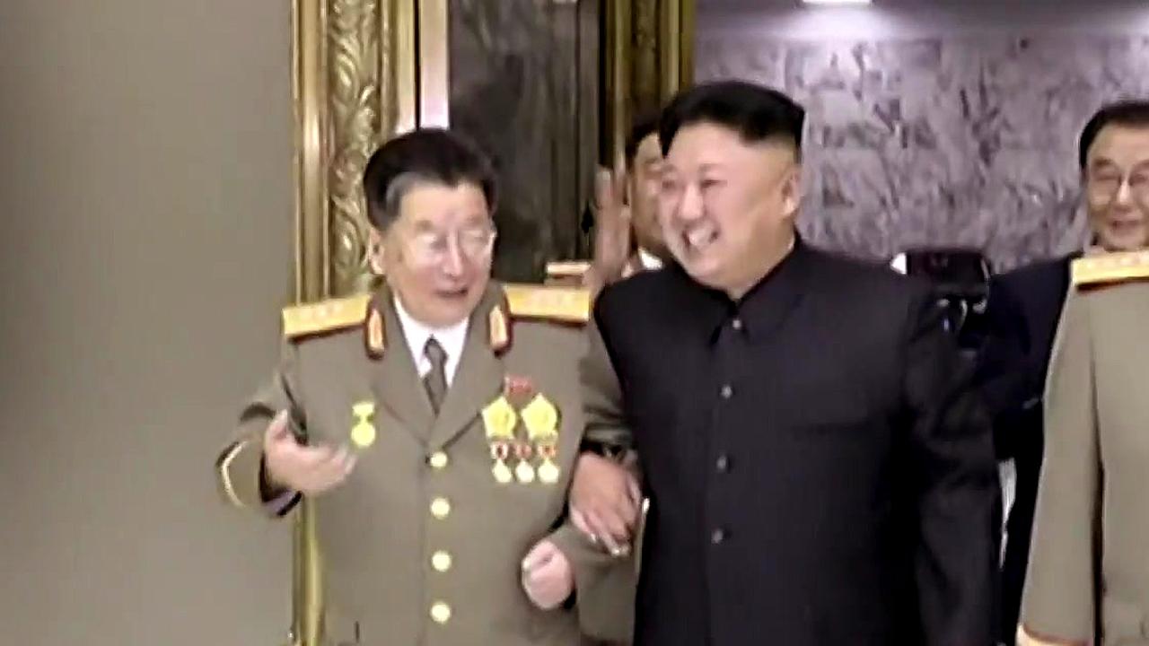 손잡고 팔짱끼고...핵 개발 '올인' 과시