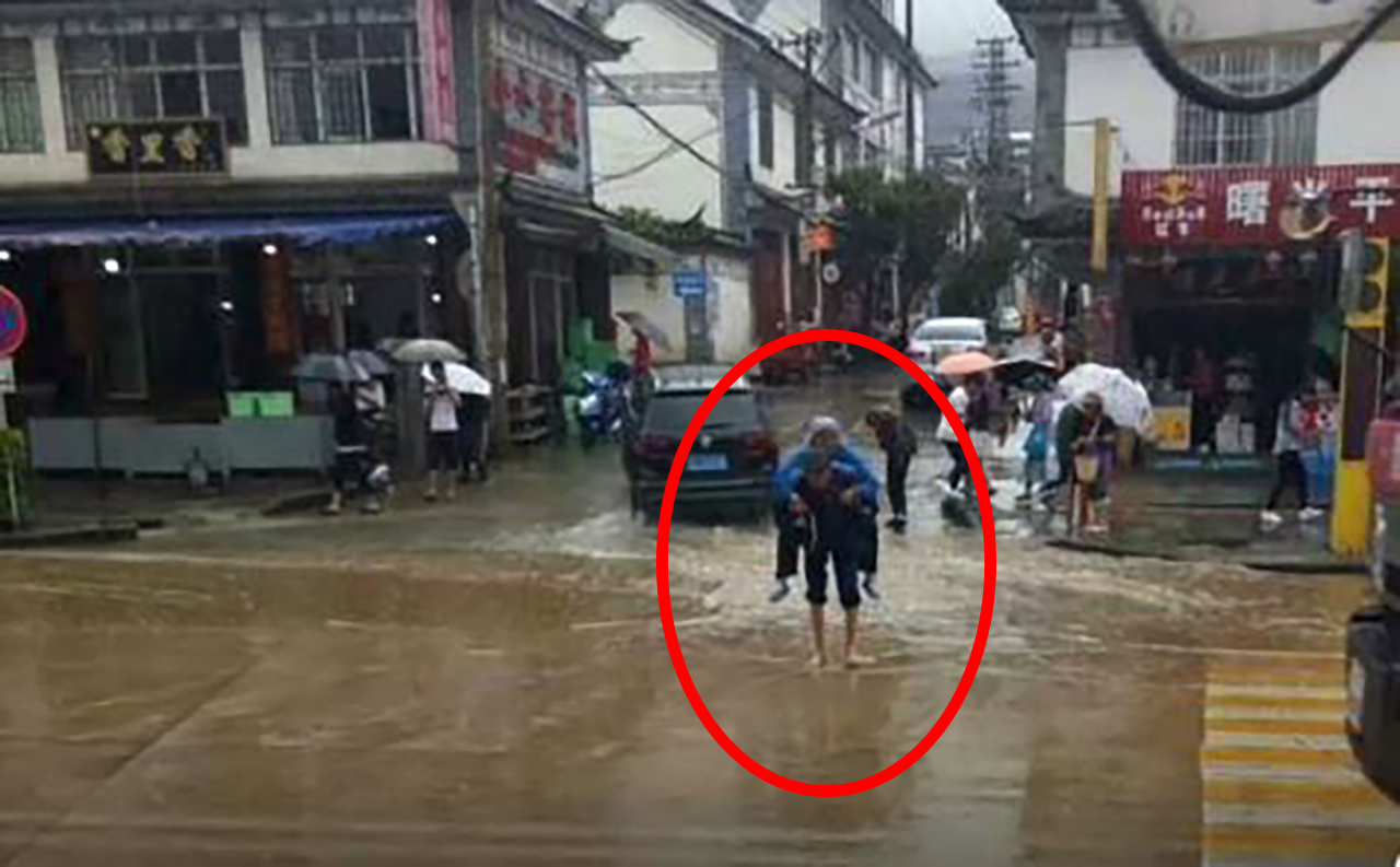 폭우 속에서 맨발로 아내 업고 다니는 '사랑꾼' 할아버지