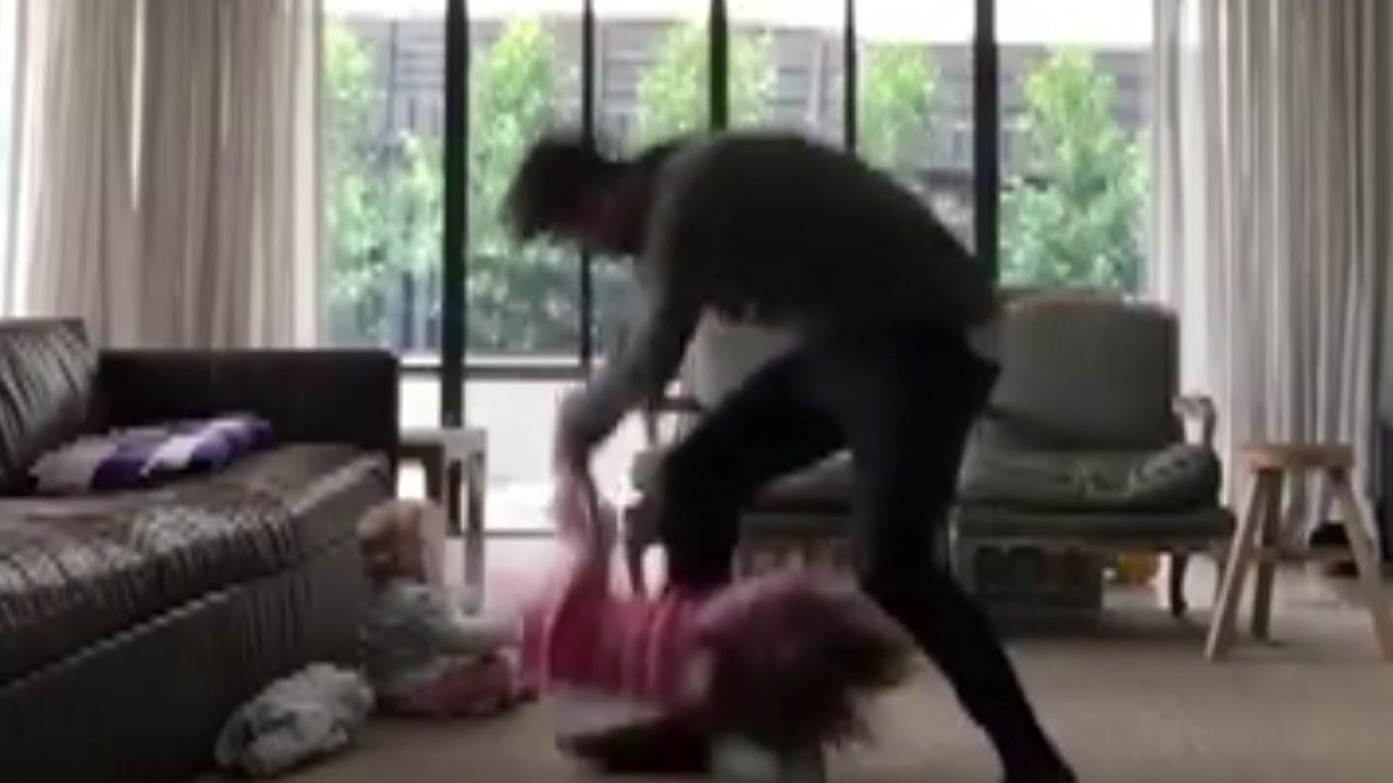 [지구촌생생영상] '육아는 어려워'...딸 울린 풋볼선수의 실수