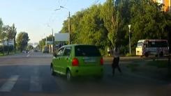 [지구촌생생영상] 보행자보다 더 놀란 '무법질주 운전자' 최후