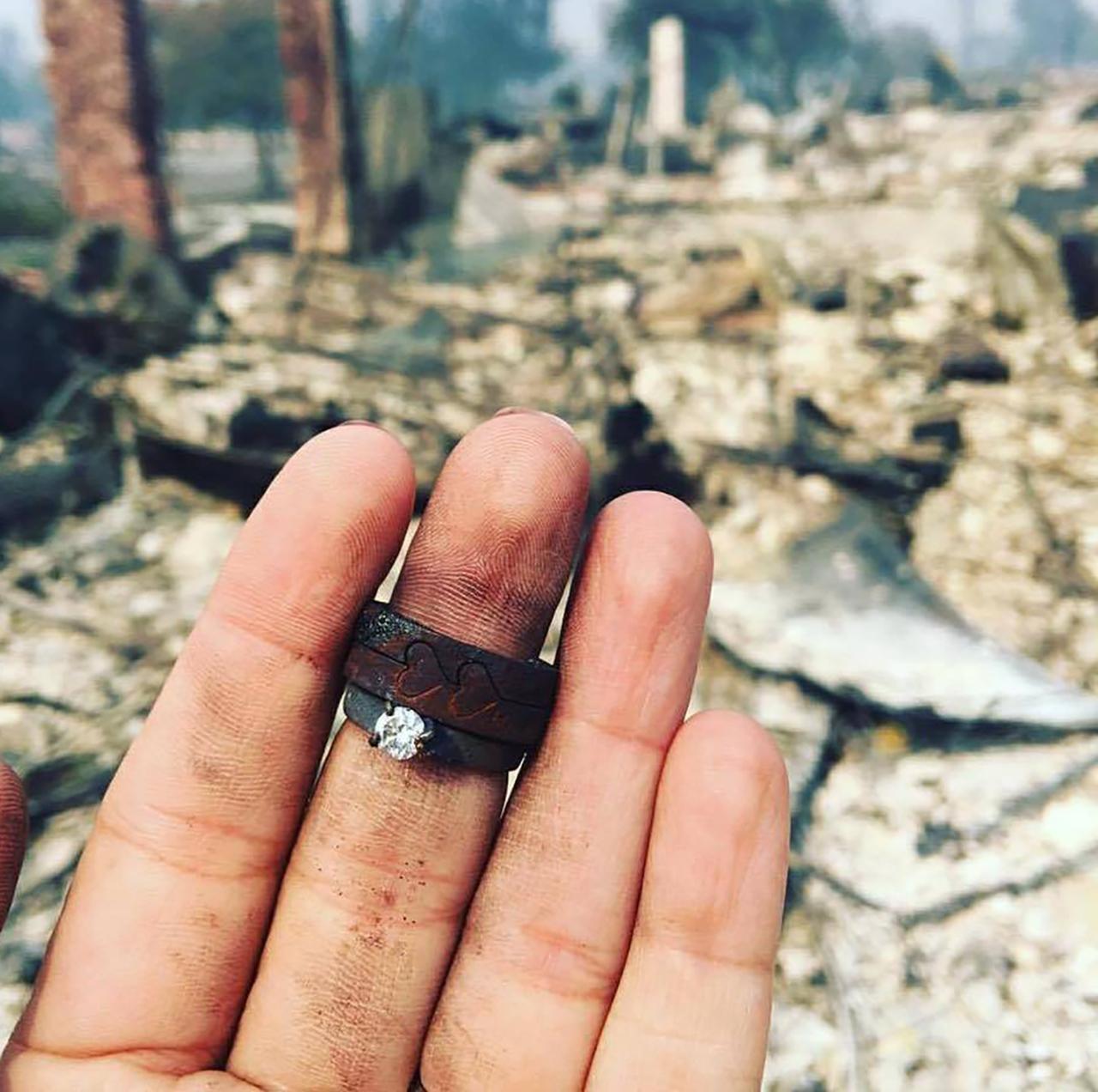 큰불로 잿더미 된 집에서 찾아낸 아내의 약혼반지