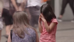 부모 없이 홀로 길에 서 있는 아이...시민 반응은?