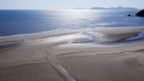 전세계 단 2곳, '천연기념물' 해변이 썩어가는 이유