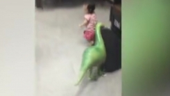 '아빠 공룡이 쫓아와요'…공룡 풍선에 기겁한 딸