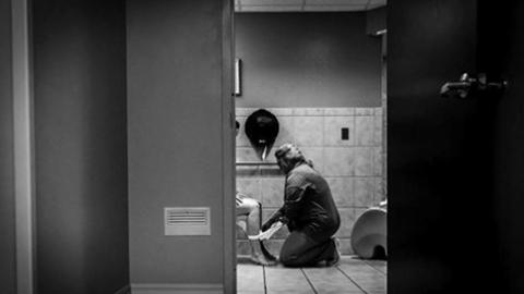 전 세계에 감동 준 '무릎 꿇고 산모 돕는 간호사'