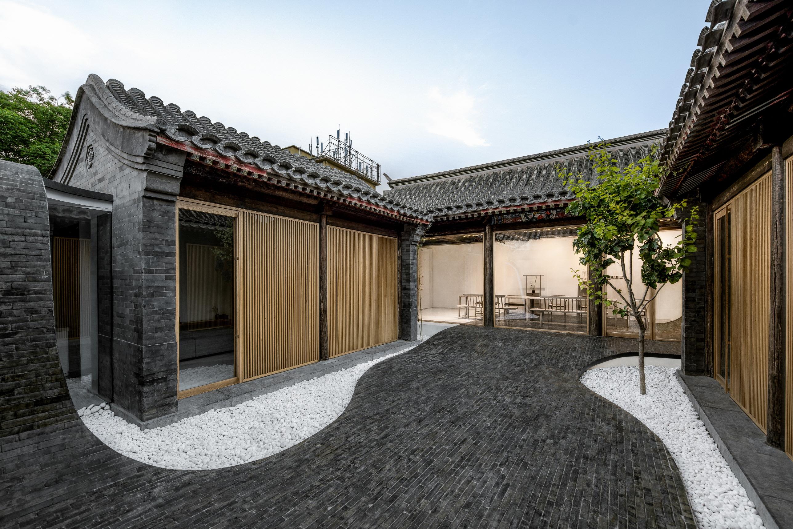 〔안정원의 디자인 칼럼〕 뒤틀린 중정에 바닥과 벽, 지붕으로 이어지는 연속된 코트야드 1
