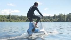 '최대 시속 20km'...물 위를 달리는 자전거