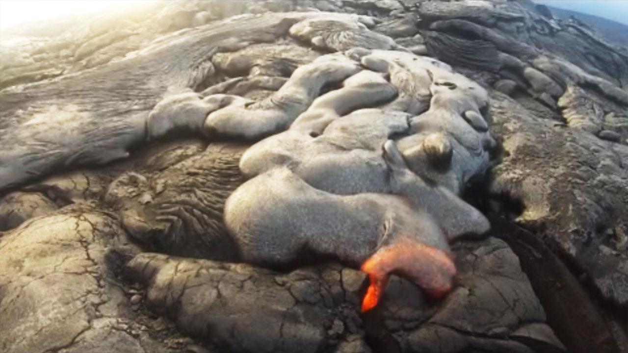 뜨거운 용암에 카메라가 녹는 순간