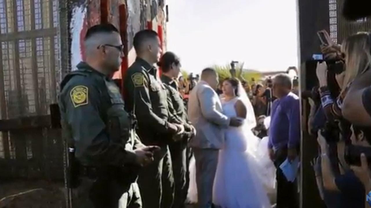 '국경 장벽' 사이에서 열린 미국-멕시코 남녀의 결혼식