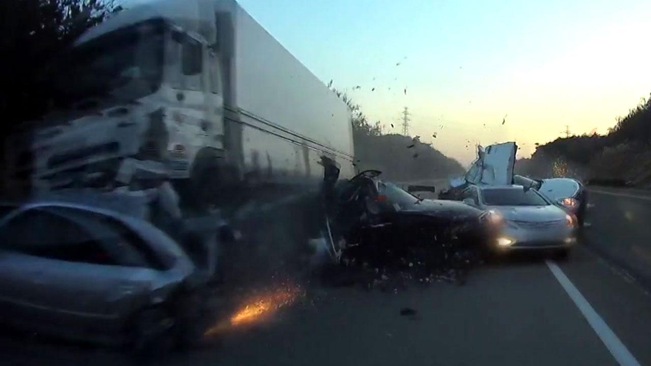 [단독영상] 순식간에...차량 8대 박살 낸 화물차