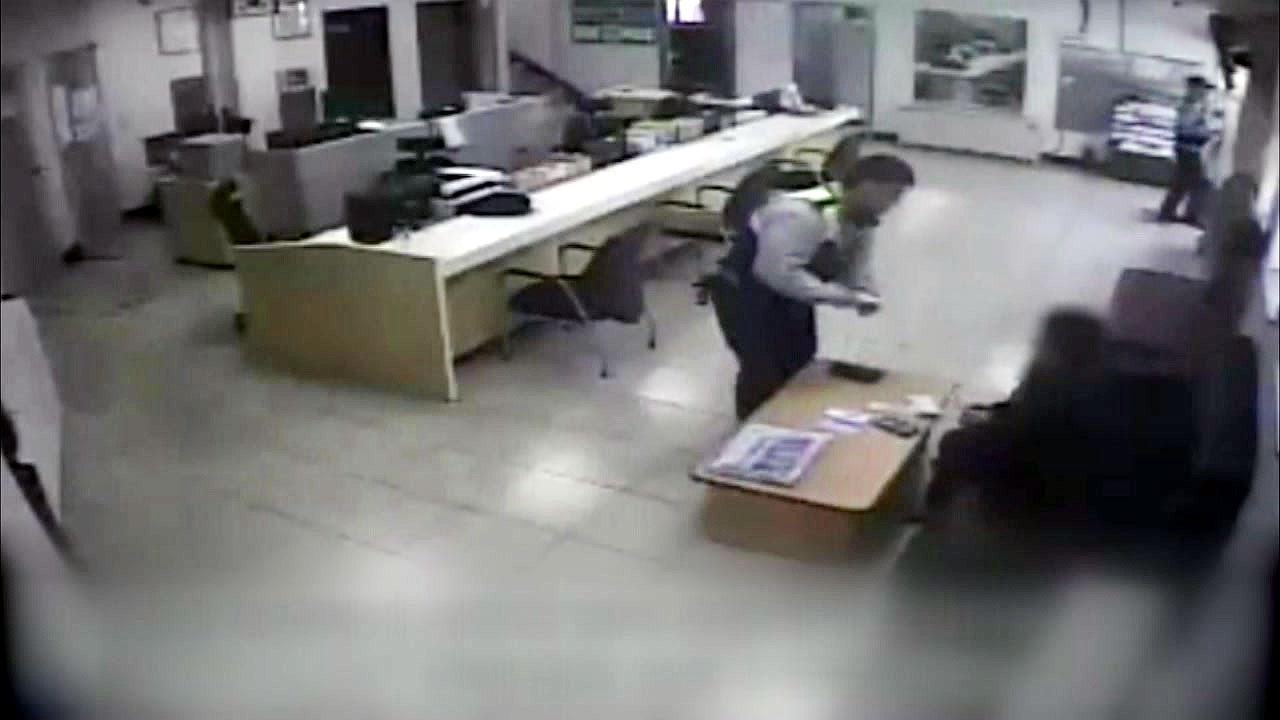 [좋은뉴스] 한 달 생활비 든 지갑 찾아준 경찰관