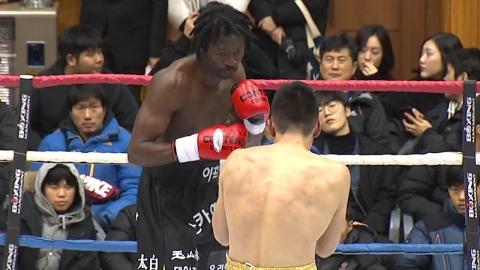 '난민 복서' 이흑산, 첫 국제전서 일본 선수에 KO승