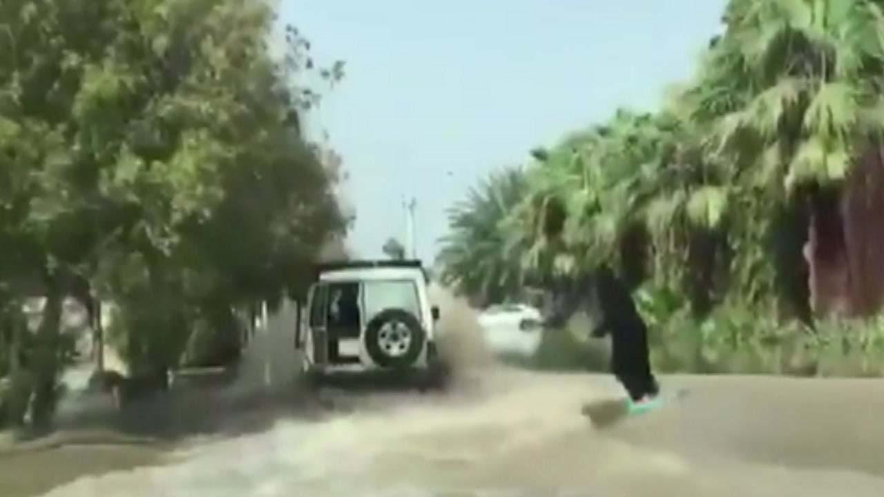 홍수로 마비된 도로에 나타난 '황당' 웨이크보드