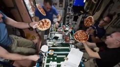 둥둥 떠다니는 반죽...우주정거장서 피자 만들기