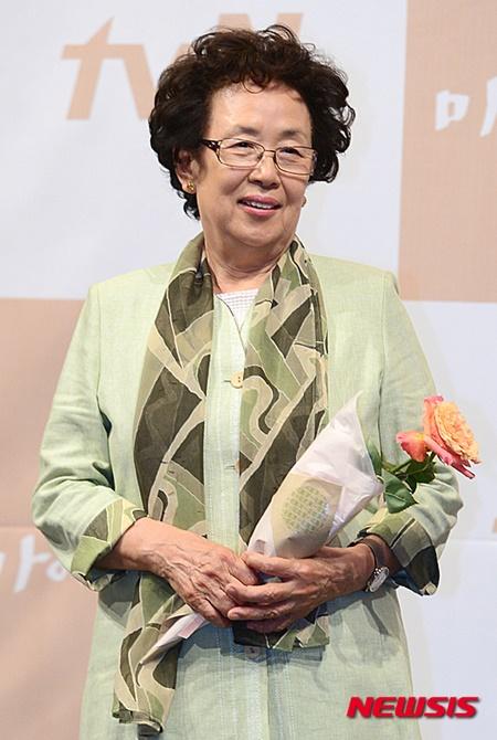 나문희, 트로피 하나 더 추가.. 올해의 여성영화인상 수상