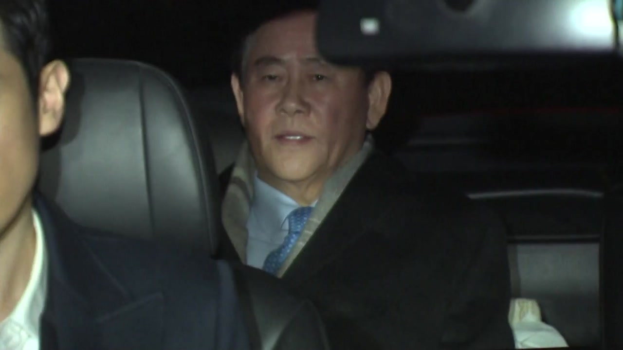최경환 20시간 밤샘조사...구속영장 검토