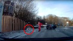 지나가던 차에서 내린 산타, 빙판길에 넘어진 행인 구해