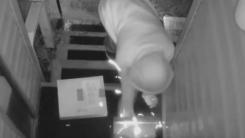 택배 도둑을 쫓기 위한 집주인의 기상천외한 '덫'