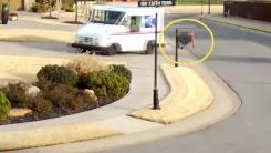 [영상] 무슨 일이? 트럭에서 튕겨 나간 택배 기사