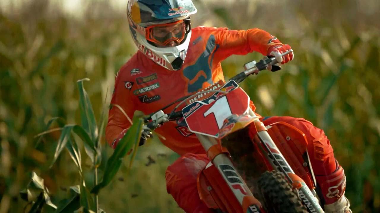 [영상] 옥수수밭 누비는 고난도 오토바이 묘기