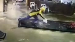[영상] '수족관을 못 보고'...서로 놀란 배달원과 물고기