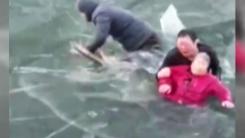 [영상] 얼음 깨고 물에 빠진 노인 구한 남성