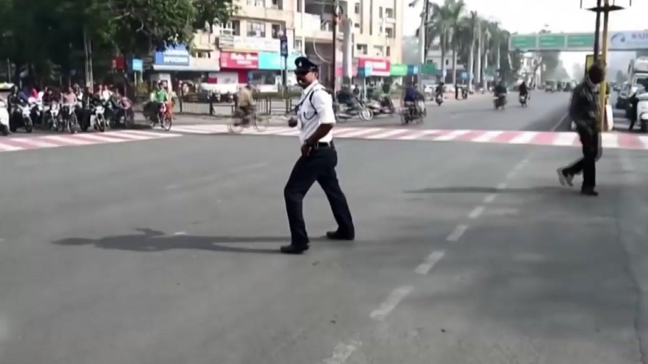 도로 위 '마이클 잭슨'...문워크 추는 교통경찰