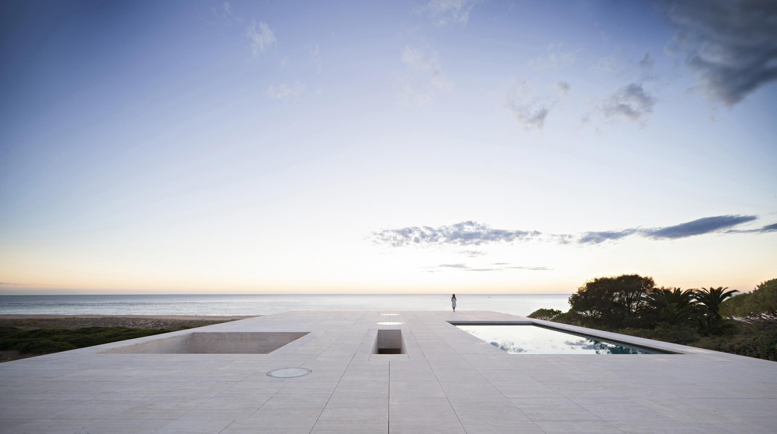 〔안정원의 건축 칼럼〕 수평선을 향해 속삭이듯 풀어낸 간결한 시적인 건축, 무한의 집 1