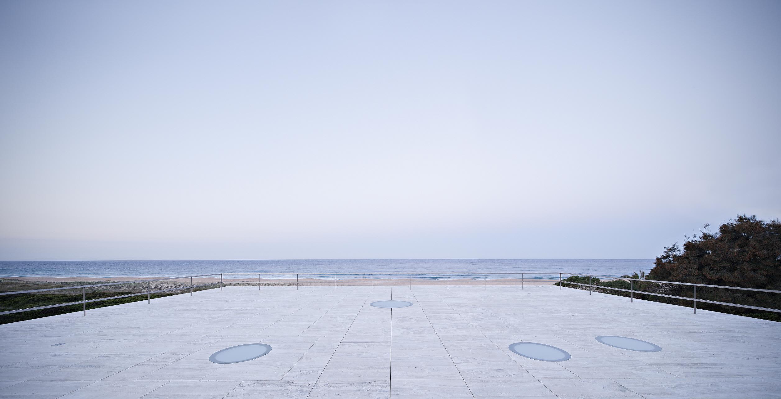 〔안정원의 건축 칼럼〕 수평선을 향해 속삭이듯 풀어낸 간결한 시적인 건축, 무한의 집 3