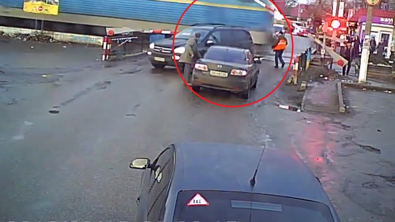 철길 건널목에 갇힌 자동차...'간발의 차이로'