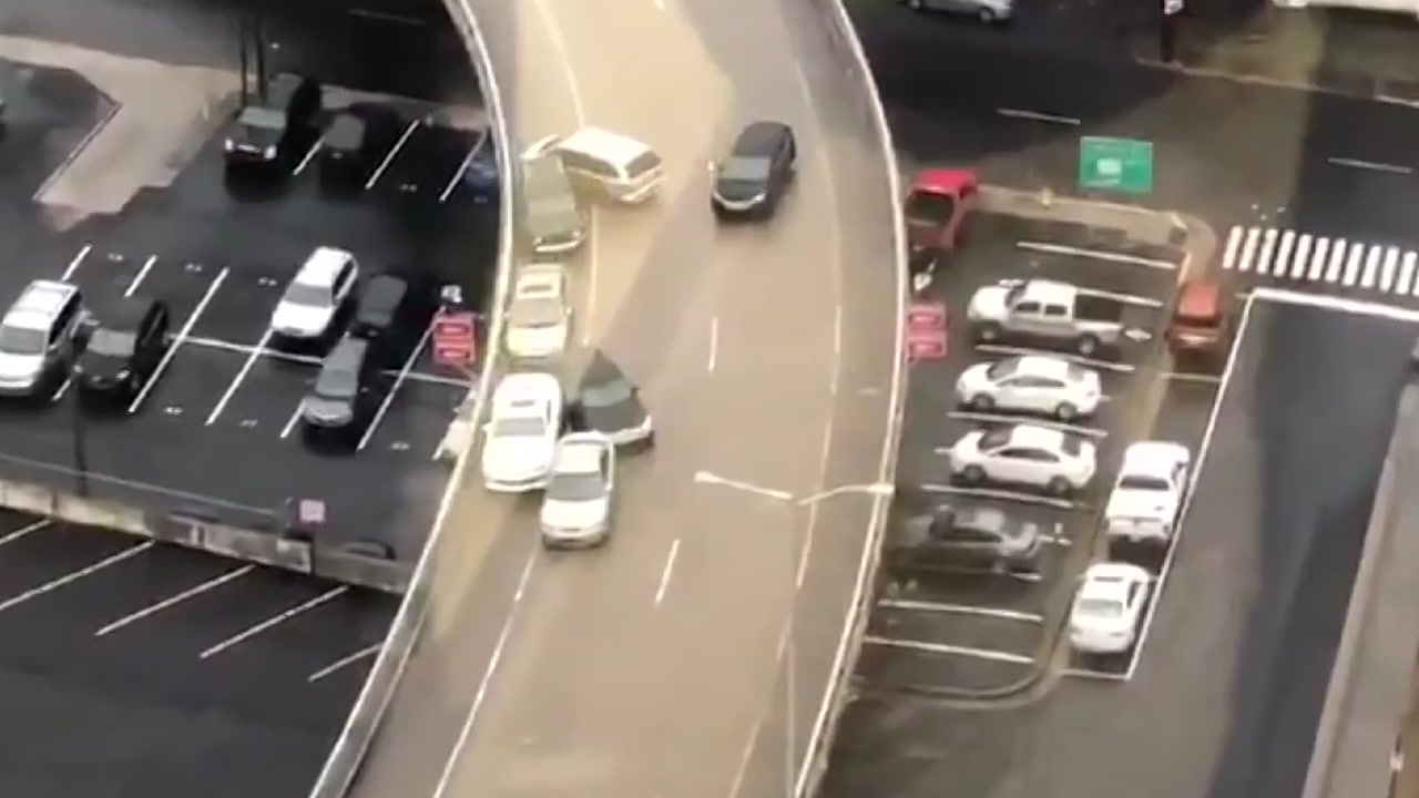 빙판길의 위험성...속수무책으로 미끄러지는 차량