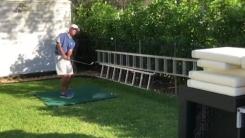 도마와 쿠션 이용한 환상적인 '골프 묘기 샷'