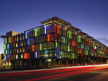 〔안정원의 건축 칼럼〕 태양광 패널, 자연 통풍과 채광이 가능한 지속가능한 주차 건축 1