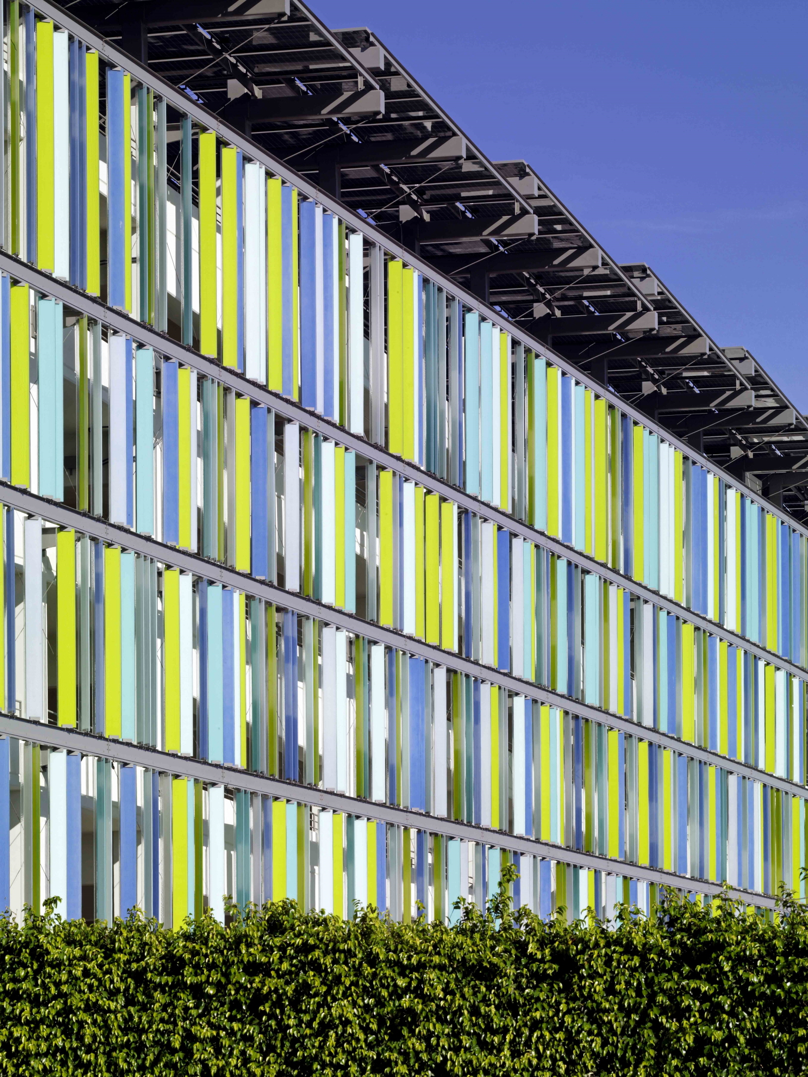 〔안정원의 건축 칼럼〕 태양광 패널, 자연 통풍과 채광이 가능한 지속가능한 주차 공간 2