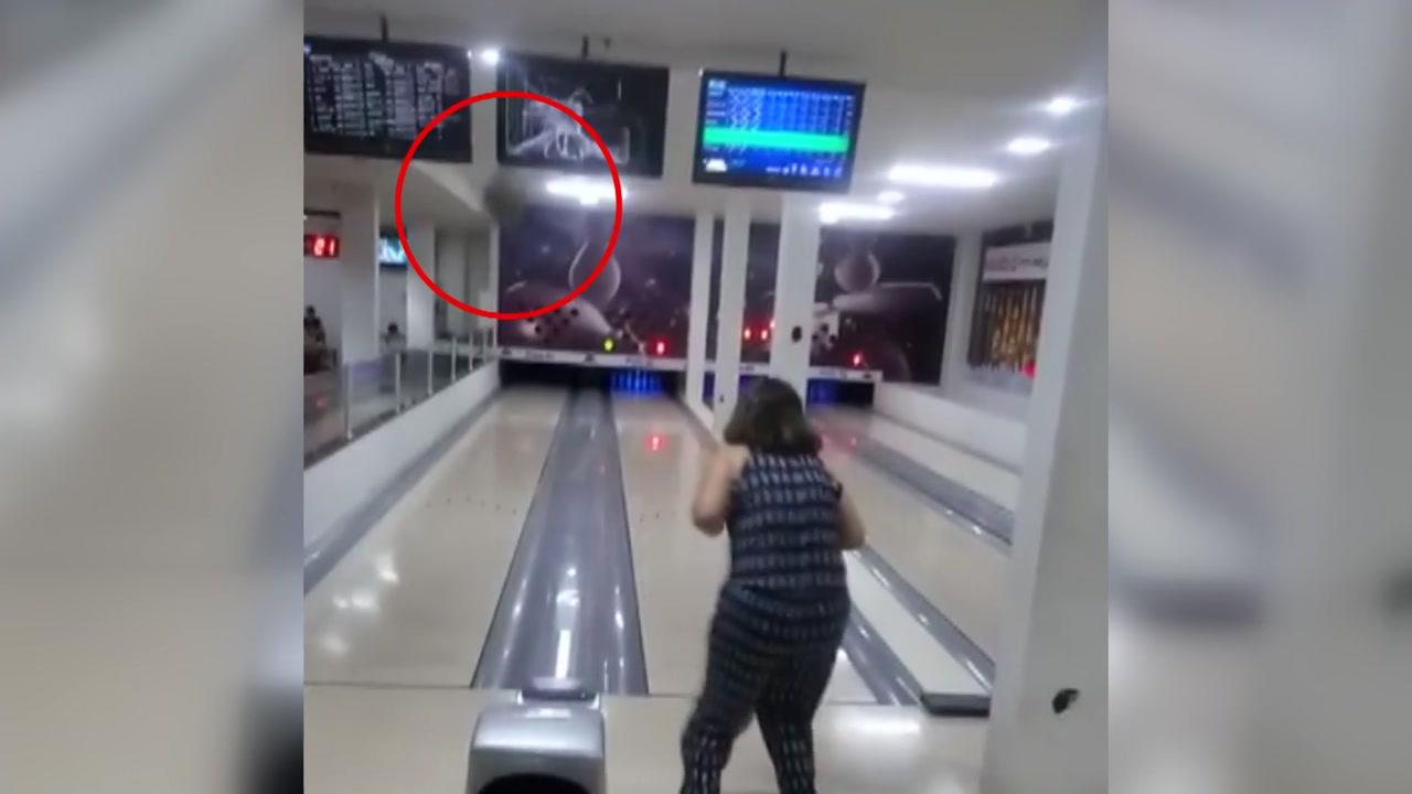 [이브닝] 볼링을 투포환으로 착각한 여성?!