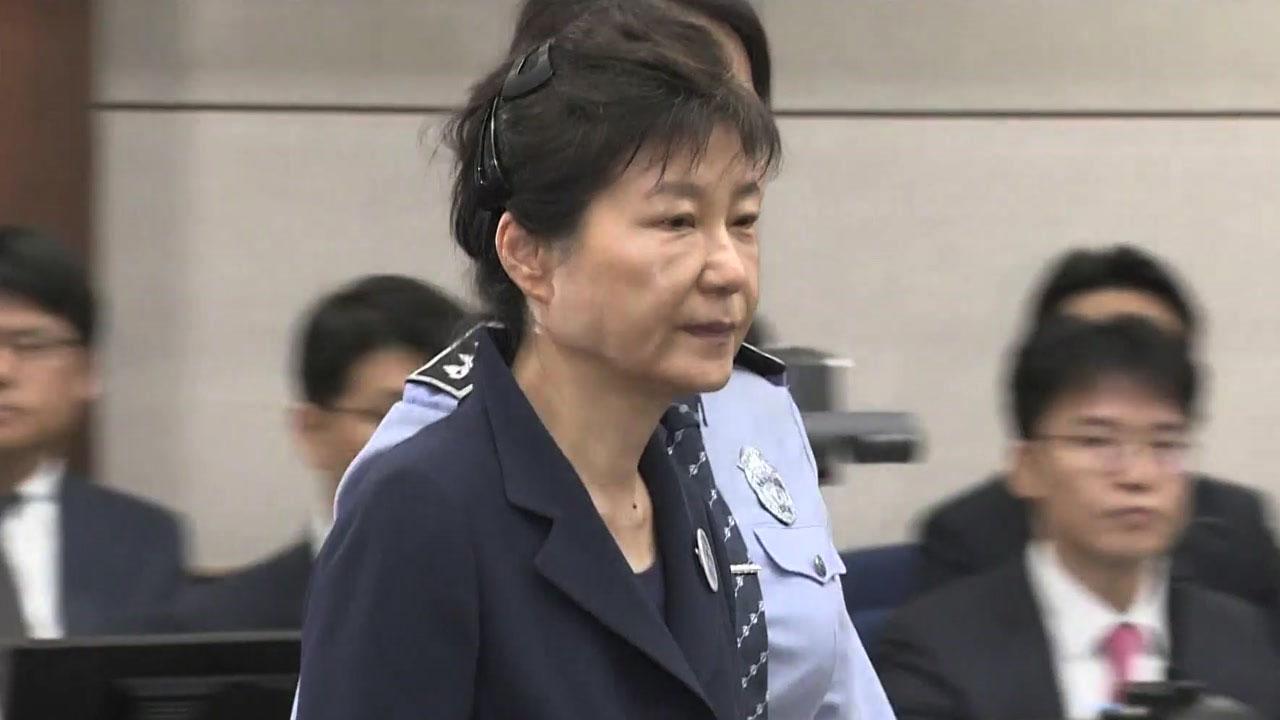 막오른 '朴 재판' 투트랙...'국정원 뇌물' 집중
